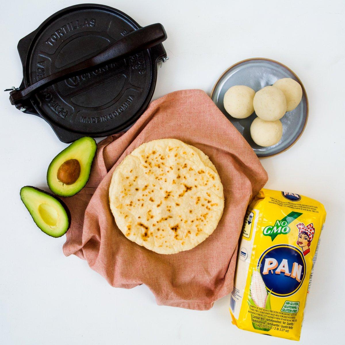 Tortilla's (glutenvrij) met mais meel van P.A.N. en een tortilla pers van Victoria