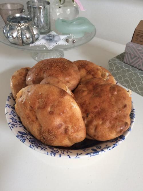 Foto van glutenvrije kwarkbollen met rozijnen en walnoot