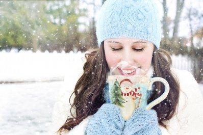 Foto van een meisje met een beker chocolademelk