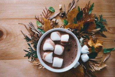 Foto een beker chocolademelk