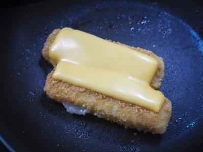 Foto van glutenvrije vissticks met een plakje cheddar