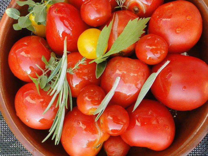 Foto van een mandje tomaten voor de glutenvrije tomatensoep
