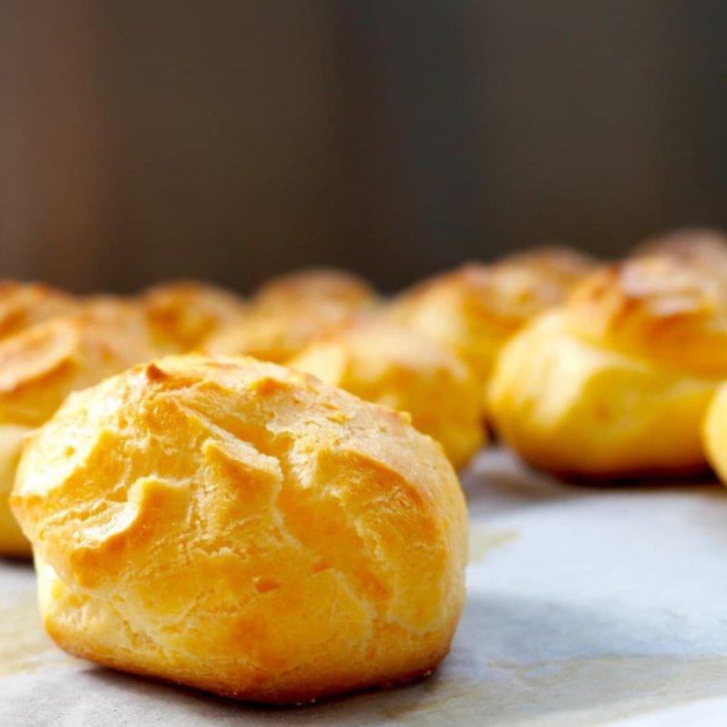 Foto van soesjes met karamel en sinaasappelmousse
