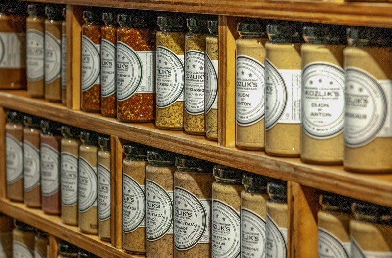 Foto van een plank met verschillende soorten mosterd